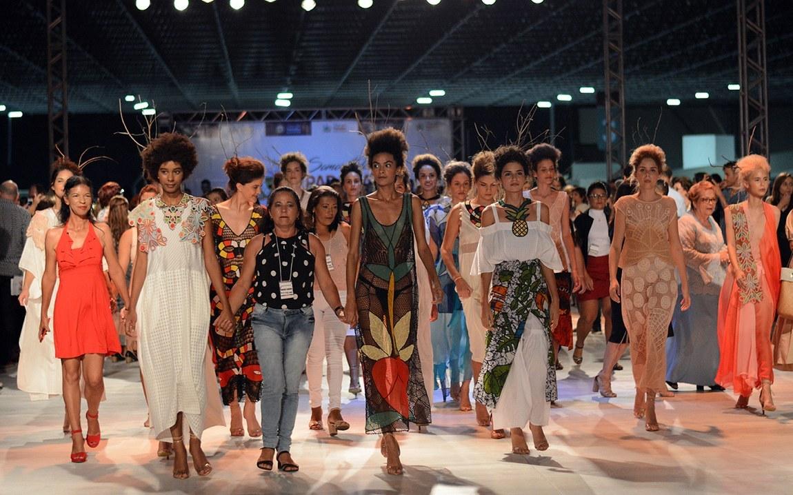 Desfile da coleção #SomosTODOSParaíba é sucesso e potencializa trabalho das rendeiras do Cariri paraibano