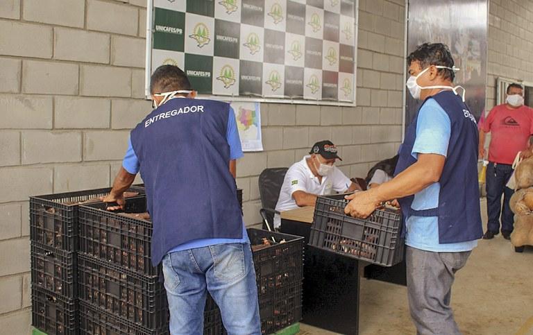 entrega de alimentos da agricultura familiar_foto alberto machado (16).JPG