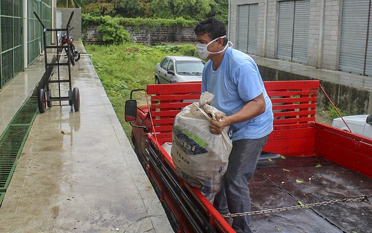 entrega de alimentos da agricultura familiar_foto alberto machado (6).JPG