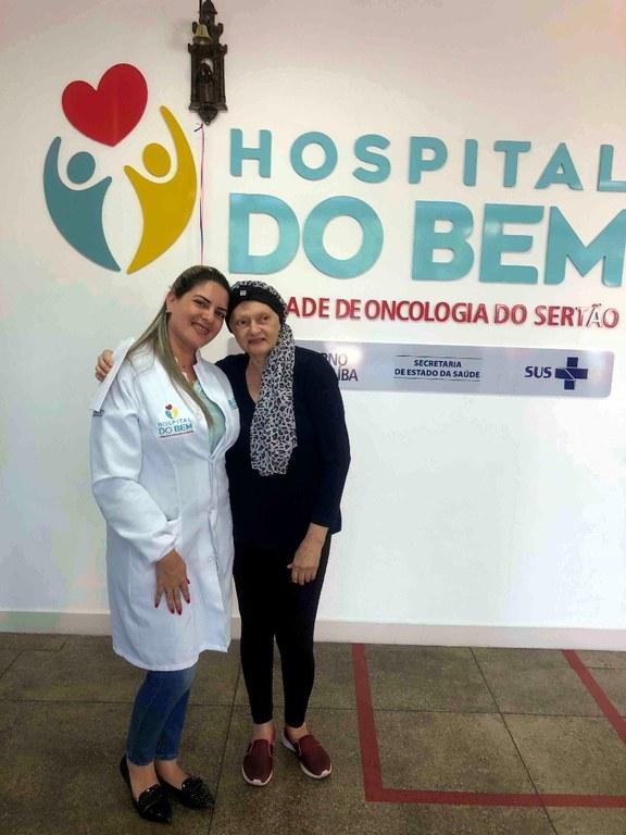 Maria Eliane e uma das profissionais do Hospital do Bem.JPG
