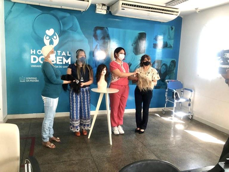 Houve doação de perucas para pacientes que estão e que já terminaram o tratamento, mas ainda não têm cabelos.jpg