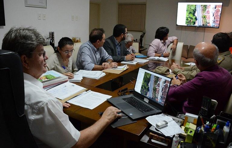 joao reuniao com secretarios ajuda aos desabrigados das chuvas na PB (1).jpg