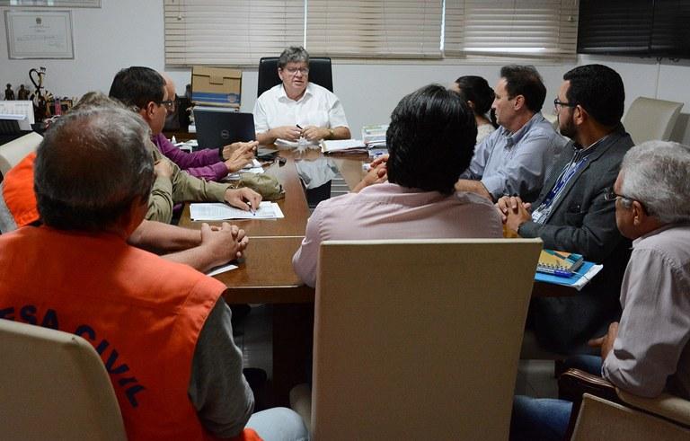 joao reuniao com secretarios ajuda aos desabrigados das chuvas na PB (2).jpg