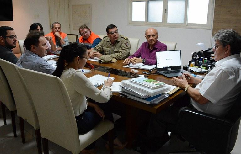 joao reuniao com secretarios ajuda aos desabrigados das chuvas na PB (4).jpg