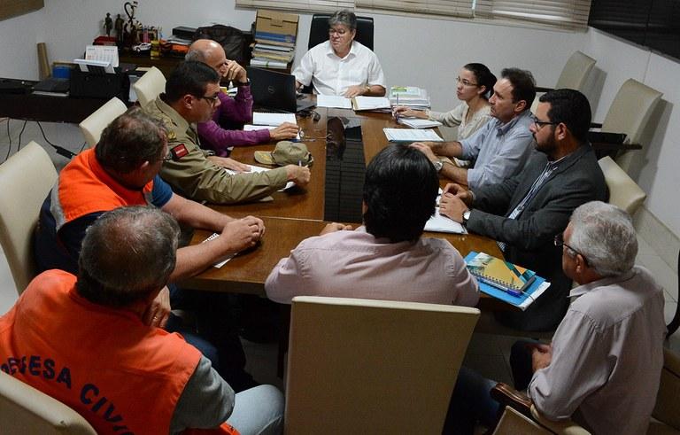 joao reuniao com secretarios ajuda aos desabrigados das chuvas na PB (6).jpg