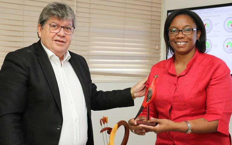 joao recebe Consul de Cuba Milena Caridad foto francisco franca (1).jpg