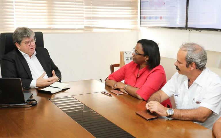 joao recebe Consul de Cuba Milena Caridad foto francisco franca (7).jpg