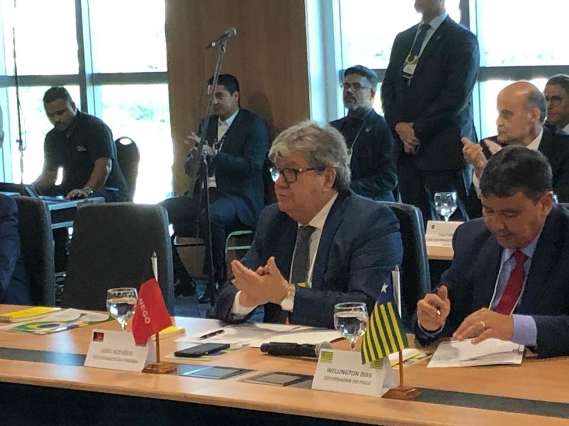João Azevêdo discute tributação dos combustíveis e PECs dos Fundos Públicos em Fórum de Governadores