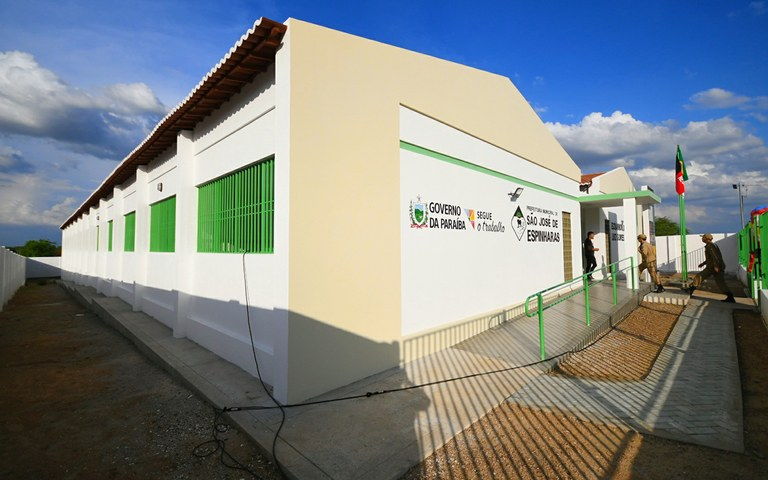 joao entrega escola em sao jose de espinharas foto jose marques (2).JPG