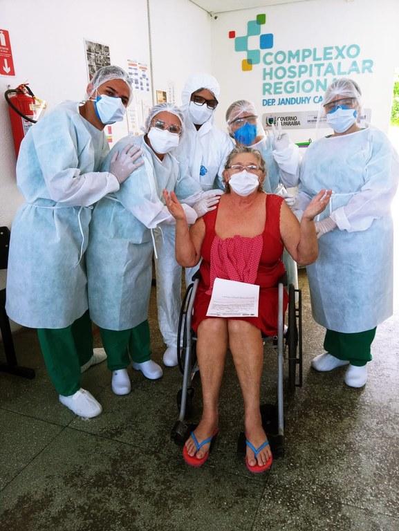 A aposentada Maria do Céu recebeu alta nesta terça-feira. Na foto, junto com profissionais que cuidaram dela no hospital.jpg