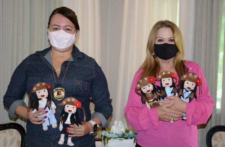 Primeira-dama é presenteada com bonecas Juliette produzidas por reeducandas  do projeto Castelo de Bonecas — Governo da Paraíba