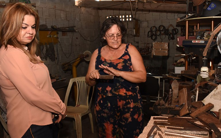 Primeira dama visita homenageados do salao de artesanato foto andre lucio (5).JPG