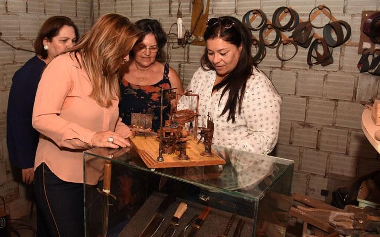 Primeira dama visita homenageados do salao de artesanato foto andre lucio (7).JPG