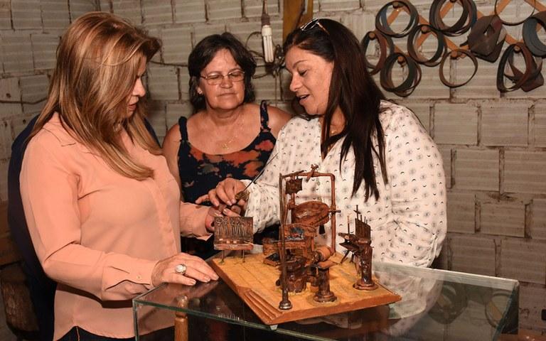 Primeira dama visita homenageados do salao de artesanato foto andre lucio (8).JPG