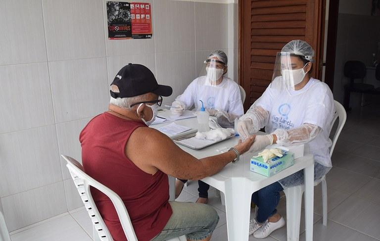 28-04-20 Teste rápido do COVID 19 em idosos no Condominio Cidade Madura Foto-Alberto Machado  (2).JPG