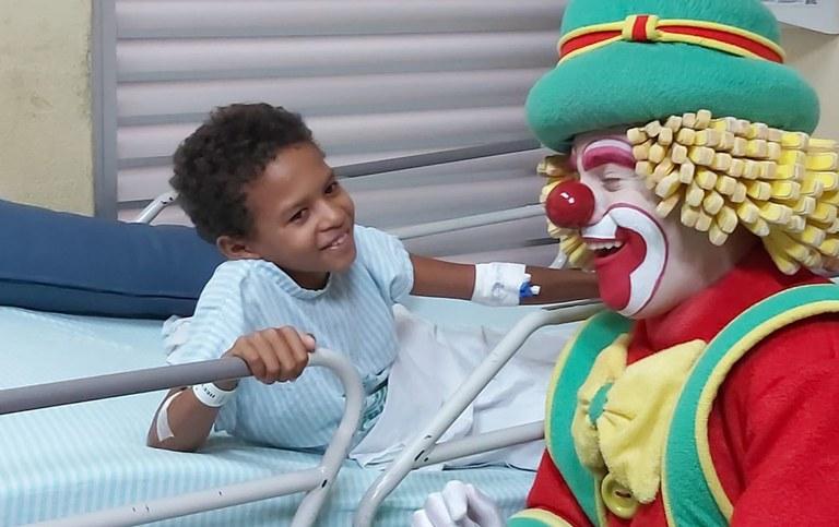 Visita dos palhacos patati e patata no hospital de traumade João Pessoa (1)a.jpg